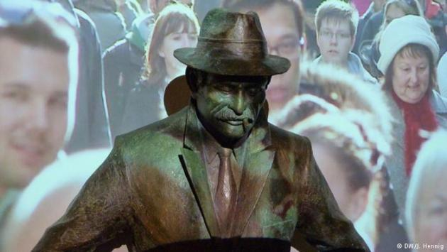 Picture of people on a street projected onto a statue (photo: DW/J. Hennig)