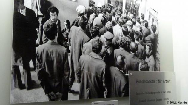Turkish men queue to get into a placement bureau in Turkey (photo: DW/J. Hennig)