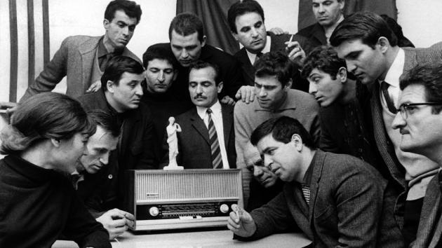Greek guest workers listen to a Greek broadcast on the radio in Germany in 1967 (photo: picture-alliance/dpa/W. Weihs)