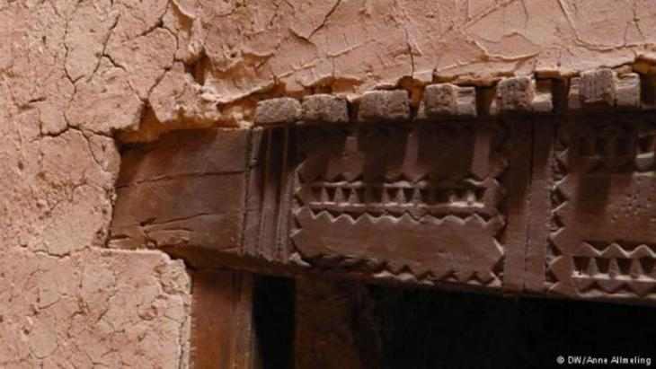 An elaborately decorated wooden door frame in Ait-Ben-Haddou (photo: Anne Allmeling)