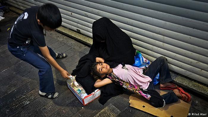 Beggar in chador with girl (photo: Milad Alaei)