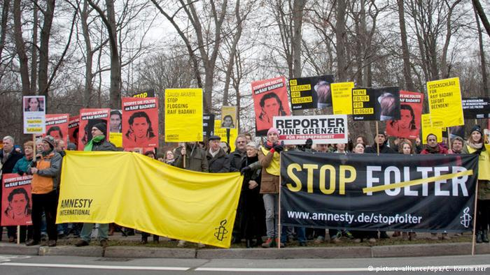 Amnesty International protest for the release of Raif Badawi outside the Saudi embassy in Berlin (photo: picture-alliance/dpa/C. Kornmeier)