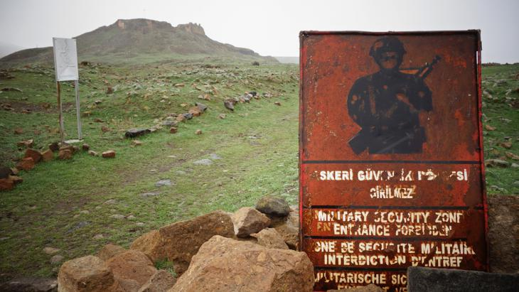 A military sign beneath the citadel of Ani warns that entrance to the area is forbidden (photo: DW/F. Warwick)