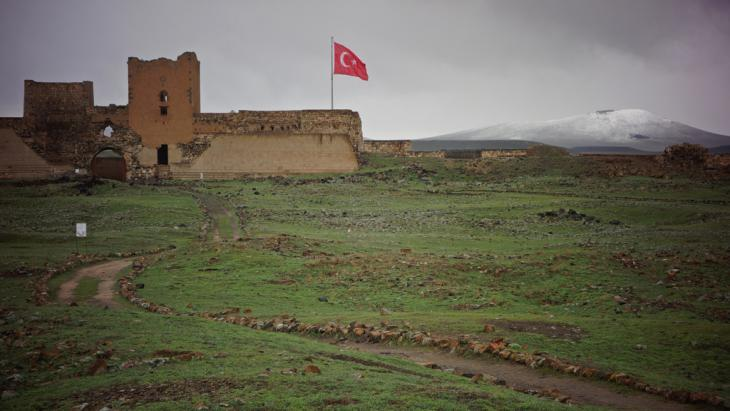 Turkish flag flies over the ruined city of Ani (photo: DW/F. Warwick)