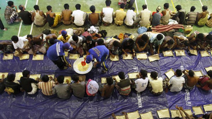 Indonesian Rescue Team members distribute food to migrants, Lhoksukon, Indonesia, 11 May 2015 (photo: Reuters/R. Bintang)
