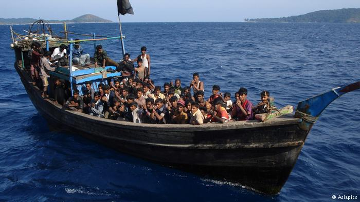 Rohingya refugees packed onto a boat (photo: Asiapics)