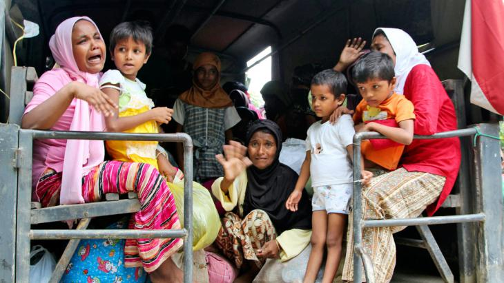 Rohingya women and children on a military truck being taken to a temporary shelter in Seunuddon, Aceh province, Indonesia, 10 May 2015 (photo: picture-alliance/AP Photo/S. Yulinnas)