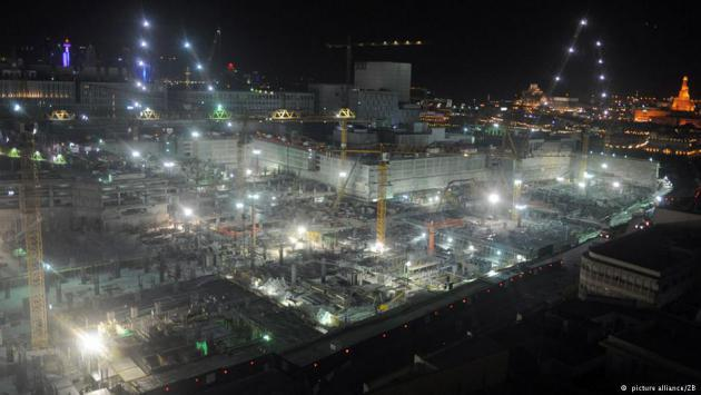 Construction site at night, Doha, Qatar (photo: picture-alliance/ZB)