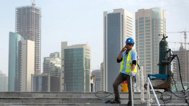 Foreign worker on a construction site in Doha, Qatar (photo: picture-alliance/dpa/B. Von Jutrczenka)