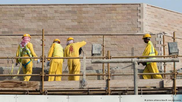 Workers on a construction site in Doha, Qatar (photo: picture-alliance/dpa/B. Von Jutrczenka)