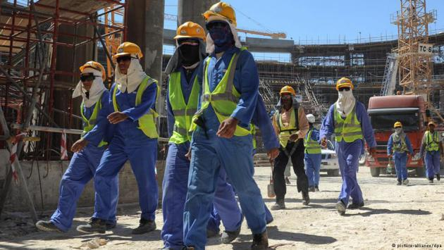 Workers on a stadium construction site in Doha, Qatar (photo: picture-alliance/dpa)