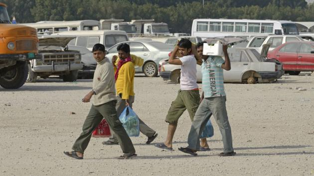 Foreign workers on their way home from shopping (photo: imago/imagebroker)