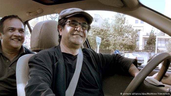 "Jafar Pahani and a passenger in ""Taxi"" (photo: picture-alliance/dpa/Weltkino Filmverleih)"