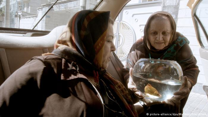 "Two women with goldfish in ""Taxi"" (photo: picture-alliance/dpa/Weltkino Filmverleih)"