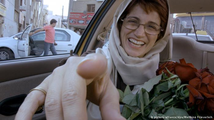 "Nasrin Sotoudeh with roses in ""Taxi"" (photo: picture-alliance/dpa/Weltkino Filmverleih)"