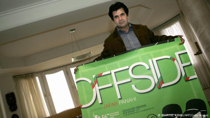 "Panahi with the film poster ""Offside"" (photo: BEHROUZ MEHRI/AFP/Getty Images)"