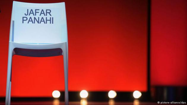An empty chair with Jafar Pahani's name on it (photo: picture-alliance/dpa)