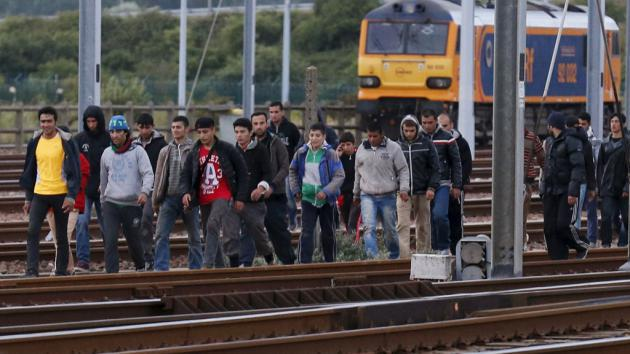 Refugees in Frethun on their way to the Channel Tunnel (photo: Reuters/P. Rossignol)