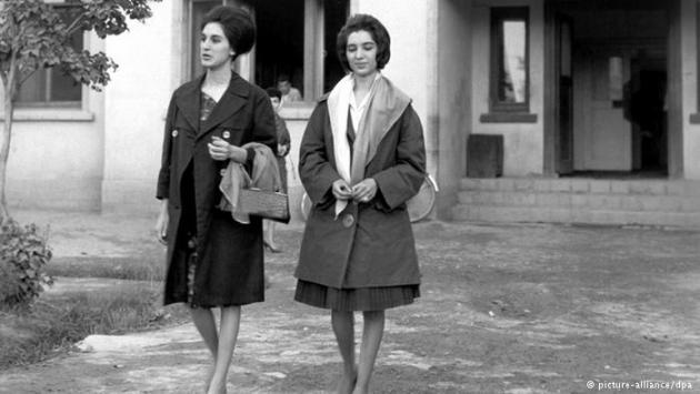 Two young women outside the studios of Radio Kabul (photo: picture-alliance/dpa)
