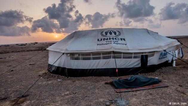 Unbearable heat: because of the extreme heat in the tents, many Yemeni refugees in the camp sleep outside. During the day, the temperatures can soar above 40 °C. At night, however, things are little better: temperatures rarely drop below 30 °C. Pictured here: a UNHCR refugee tent in Markazi refugee camp.