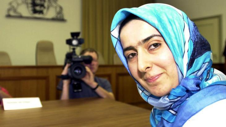 The teacher Fereshta Ludin waits for the verdict in the Administrative Court of Baden-Wurttemberg in Mannheim on 26.06.2001 (photo: dpa/picture-alliance)