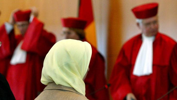 Symbolic image of a headscarf at the German Constitutional Court in Karlsruhe (photo: picture-alliance/dpa/U. Deck)