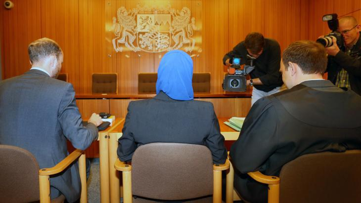 Junior lawyer at the Administrative Court Augsburg brings her case concerning headscarf restrictions during her training (photo: picture-alliance/dpa/K.-J. Hildebrand)
