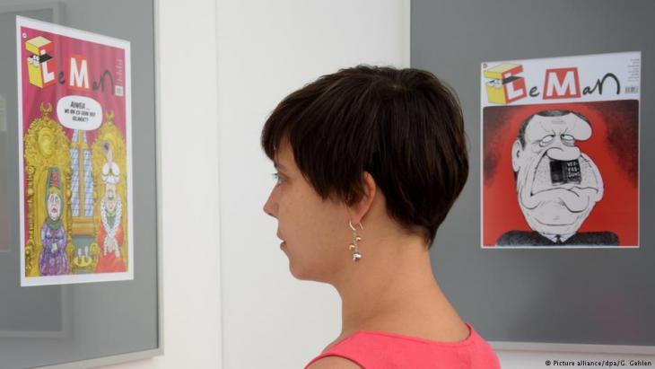 Woman visiting the Caricatura Gallery in Kassel, Germany (photo: dpa/Goran Gehlen)