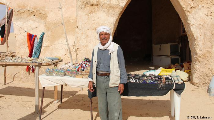 Vendor outside a cave-like structure (photo: E. Lehmann)