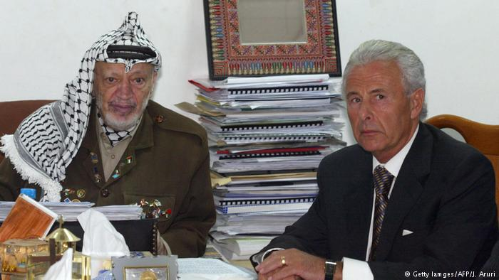 Yasser Arafat and British Middle East Representative Lord Levy in Ramallah to negotiate the roadmap (photo: Getty Images/AFP/J. Aruri)