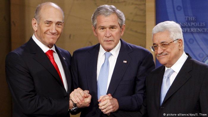 U.S. President George W. Bush with Israeli Prime Minister Ehud Olmert (left) and Palestinian President Mahmoud Abbas (photo: picture-alliance/dpa/S. Thew)