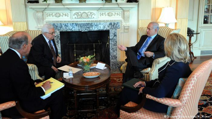 Palestinian President Mahmoud Abbas and Israeli Prime Minister Benjamin Netanyahu meet with Hillary Clinton in Washington (photo: picture-alliance/dpa/M. Milner)