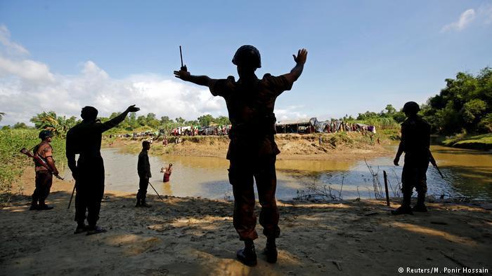 Bangladesh border guards block the Rohingyas from crossing into Bangladesh