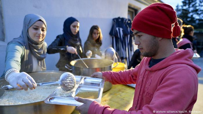 Muslim volunteers in Austria help refugees (photo: picture-alliance/dpa/H. Neubauer)