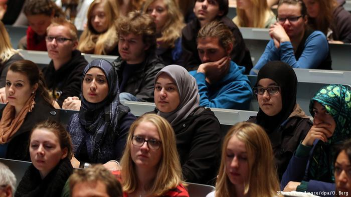 Students in a German lecture hall (photo: picture-alliance/dpa/O. Berg)