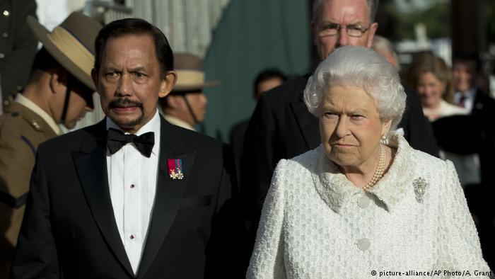 Brunei Sultan Hassanal Bolkiah and Queen Elizabeth II in London (photo: picture-alliance/AP Photo/A. Grant)