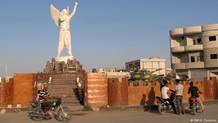 Bikes gather around a statue on the outskirts of Kobani (photo: DW/Zurutuza)