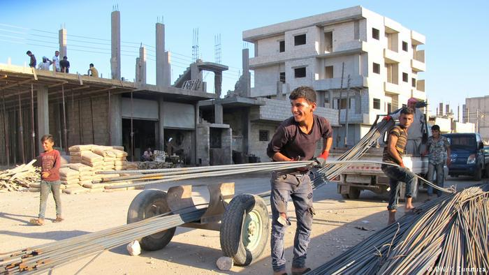 Construction work in downtown Kobani (photo: DW/Zurutuza)