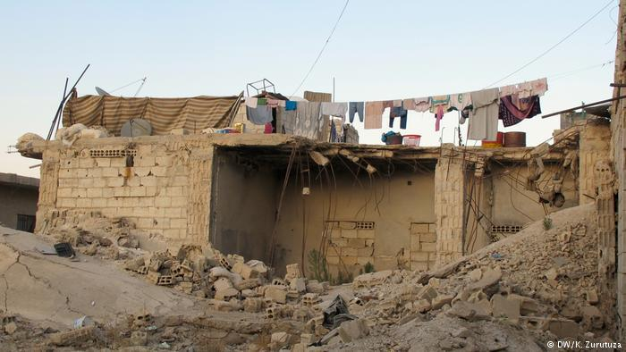 Laundry hangs amid the rubble in Kobani (photo: DW/Zurutuza)