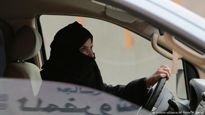Saudi woman at the wheel of a car (photo: picture-alliance/AP Photo/H. Jamali)