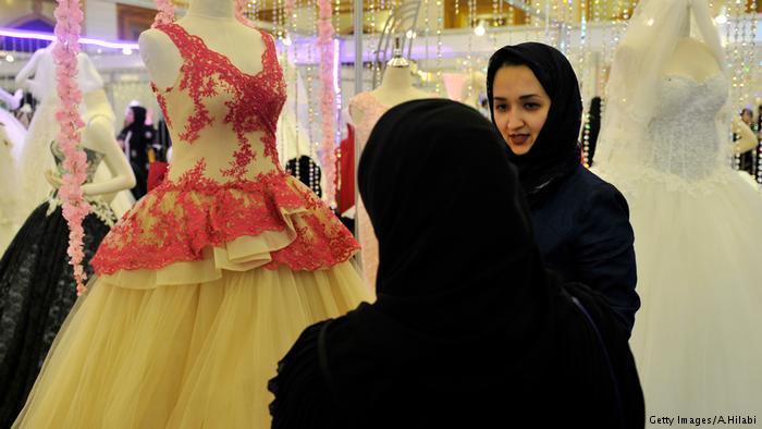 Saudi Arabian women in a bridal shop (photo: Getty Images/A. Hilabi)