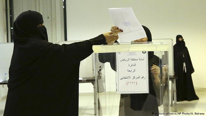 Saudi women voting (photo: picture-alliance/AP Photo/A. Batrawy)