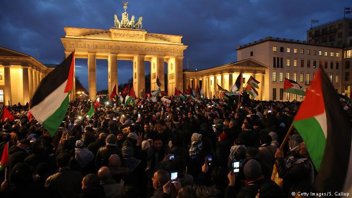 Protests in Berlin as well (photo: Getty Images/S. Gallup)
