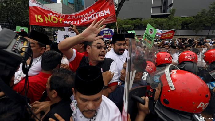 """More than 1,000 Malaysian Muslims protested outside the U.S. embassy in Kuala Lumpur against U.S. President Donald Trump's decision to recognise Jerusalem as Israel's capital. The protesters, led by Sports Minister Khairy Jamaluddin, marched from a nearby mosque after Friday prayers to the U.S. embassy, halting traffic as they chanted """"Long live Islam"""" (photo: Reuters)"""
