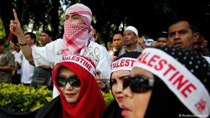 """Protesters wears Palestine banners in Jakarta. In Indonesia, the world's most populous Muslim nation, more than 300 protesters shouted """"Go to hell, Israel!"""" and called on Trump to stop his blind support for the Jewish state (photo: Reuters/Beawiharta)"""