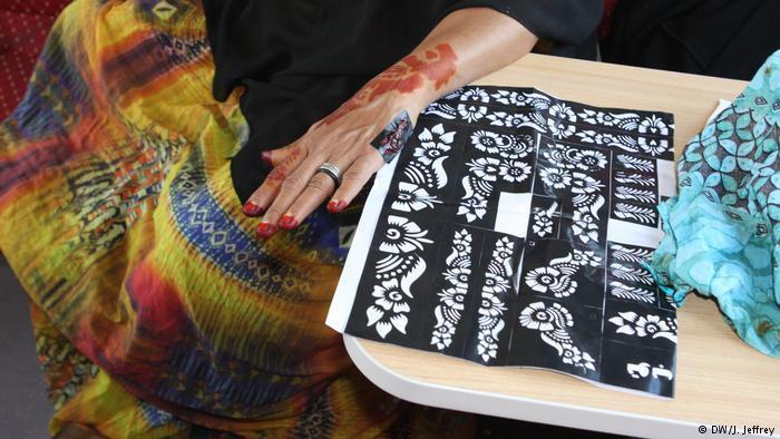 A woman shows her henna decorations (photo: DW/J. Jeffrey)