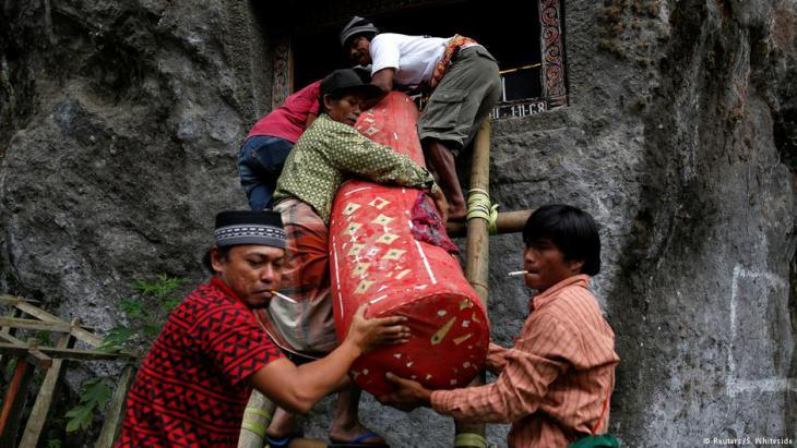 Transporting a corpse for burial in a Torajan tomb (photo: Darren Whiteside/Reuters)