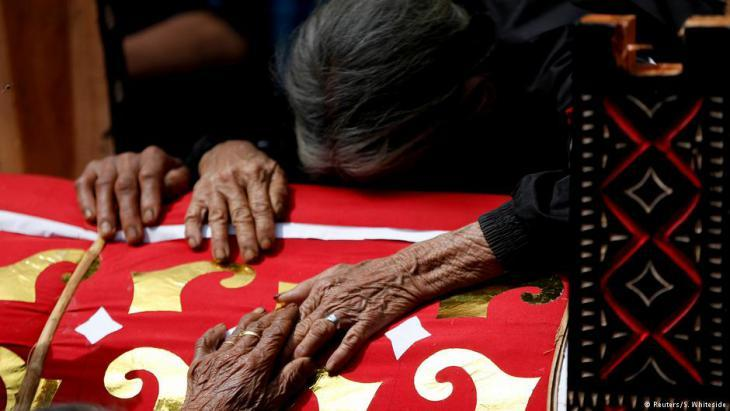 Torajan residents mourn their dead relatives (photo: Darren Whiteside/Reuters)