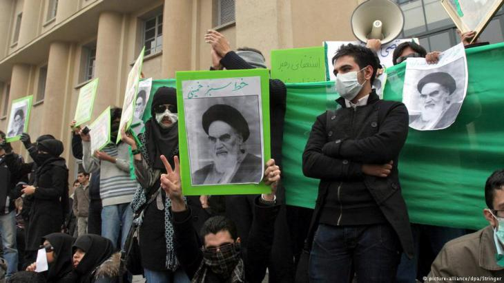 Young people demonstrate in Iran (photo: picture-alliance/dpa/Stringer)