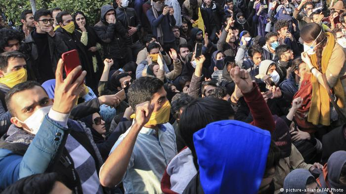 Young people demonstrate in Tehran (photo: picture-alliance/AP Photo)
